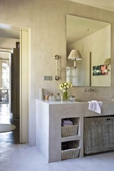 Dans cette salle de bain aux allures provençale par la couleur, les lavabos ont été réalisés en béton lissés