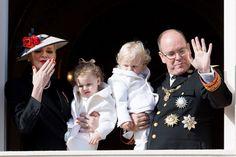 Charlene et Albert de Monaco, avec respectivement dans les bras Gabriella et Jacques