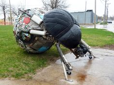 The x x sculpture is created from scrap steel, found metals and even salvaged e-waste, while the distinctive head of the beetle itself is made of used tires. Read more: Students Create Gigantic Dung Beetle from Scrap Metal and Salvaged Tires in Iowa Iowa, Tire Art, Trash Art, Tyres Recycle, Used Tires, Eco Architecture, Sculpture Projects, Scrap Metal Art, Outdoor Sculpture