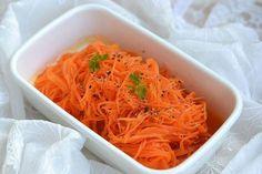 価格の変動が少ない人参で作るサラダ「キャロットラペ」。味がしみ込んだ方がおいしいので作り置きに最適なだけでなく、彩りもきれいでお弁当にもおすすめです。今回は、電子レンジを使った基本のキャロットラペの作り方と、アレンジレシピも合わせてご紹介します!