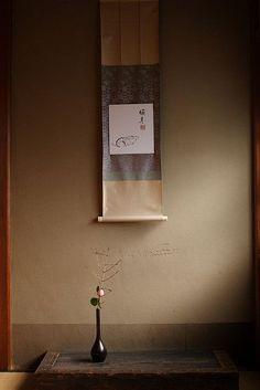 Japanese Tokonoma w/ ikebana 床の間 Japanese Home Design, Japanese Tea House, Traditional Japanese House, Japanese Modern, Japanese Interior, Japanese Art, Japanese Style, Japanese Furniture, Japanese Temple