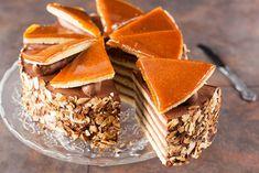Tort Dobosa nie tylko doskonale smakuje, ale także prezentuje się naprawdę pięknie. Jeśli jeszcze nie znacie tego wypieku, koniecznie go wypróbujcie. Od razu zrozumienie, za co kochają go Węgrzy. Bulgarian Recipes, Italian Recipes, Potato Kugel, Hungarian Cuisine, Hungarian Food, Cake Decorating Courses, Snack Recipes, Dessert Recipes, Homemade Chocolate