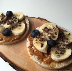 rice crackers, peanut butter, banana slices, blueberries, and coco nibs. 21 Day Fix Snacks, Easy Snacks, Clean Eating Snacks, Clean Eating Recipes, Healthy Desserts, Healthy Food, Healthy Rice, Healthy Eating, Healthy Carbs