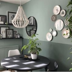 Lots of greenery (the walls and all plants) in the interior of Bojoura - Shopinstijl. Living Room Green, Home And Living, Living Room Decor, Green Wall Decor, Green Home Decor, Plates On Wall, Plate Wall Decor, Bedroom Wall, Bedroom Decor