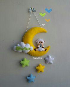 Fiocco nascita con luna, nuvola, stelle e una dolce pecorella. Creazione in pannolenci realizzata completamente a mano.