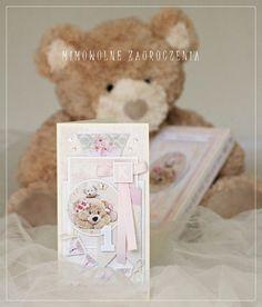 Kartka na Roczek dla małej dziewczynki,   utrzymana w pastelowym różu.  Do kompletu powstało misiowe pudełeczko.