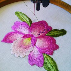 48 Me gusta, 2 comentarios - Rosilene bordados (@rosa_rose_bordados_embroidery) en Instagram Hand Embroidery Flowers, Free Machine Embroidery Designs, Silk Ribbon Embroidery, Embroidery Stitches, Monogram Cross Stitch, Cross Stitch Rose, Bordado Floral, Couture Embroidery, Brazilian Embroidery