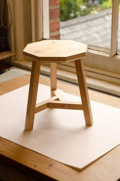 Diy Stool, Stool Chair, Wood Stool, Woodworking Furniture, Pallet Furniture, Furniture Design, Wooden Stool Designs, Wood Design, Wood Chair Design