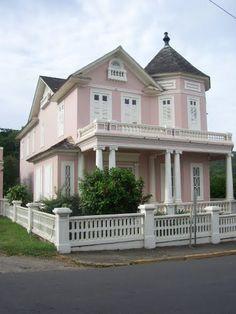 Casa Antigua en la playa de Naguabo, Puerto Rico; de la familia de mi Mamá Garzot Aguayo y Fuertes. Las casas alrededor de la plaza del pueblo de Naguabo pertenecían a los Garzot-Aguayo.