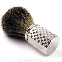 Przepiękny pędzel z włosia Black Badger, w rozmiarze 12. Mosiężna heksagonalna rączka z przepięknym wzorem pokryta grubą warstwą palladu. Pędzel należy do ekskluzywnej linii Joris Plisson, sprzedawany jest w drewnianym pudełeczku.
