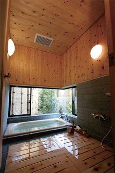 桧板張りの本格和風の浴室。竹垣で囲われた坪庭に面して大きな窓を設けました。|インテリア|ナチュラル|