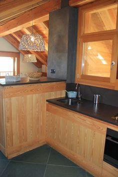 Casa di montagna. Cucina in larice, piano in ardesia color melanzana. Case Canuto Bardonecchia