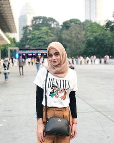 Source by dewilukita Outfits hijab Modern Hijab Fashion, Street Hijab Fashion, Hijab Fashion Inspiration, Ootd Fashion, Fashion Outfits, Casual Hijab Outfit, Hijab Chic, Casual Outfits For Teens, Model Outfits