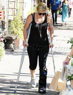 American Idol Kelly Clarkson in a boot. get well Kelly! Big Black Boots, Long Leg Cast, Broken Foot, Crutches, Walking Boots, Kelly Clarkson, American Idol, Celebs, Celebrities