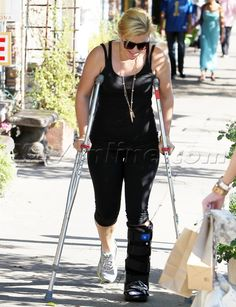 KELLY CLARKSON RECOVERING FROM FOOT INJURY