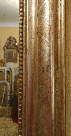 Miroir mural de style Louis-Philippe, dit de cheminée, entièrement doré à la feuille d'argent aved sa glace au mercure dorigine. Il a été restauré et partiellement redoré par mes soins dans mon atelier. Dimensions: 88 x 66.5 CM Miroir de cheminée doré à la feuille dargent, il a été