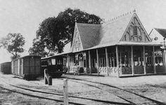 De achterzijde van -het fraaie stationsgebouw van de Lawaspoorweg aan de Heiligeweg 1899-1949
