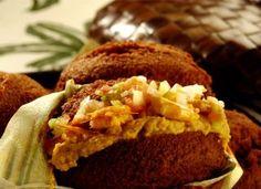 O aclamado acarajé, ícone da culinária baiana, é na verdade um prato sagrado, feito como oferenda para os orixás. Por isso, deve sempre ser preparado por