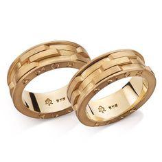 """Parece até que eu jamais falei no amor...""  #joiasrenatarose #joias #renatarose #joiasparaamar #renatarosedesignerdejoias #designdejoias #joalheriacontemporanea #aliançasrenatarose #alianças #aliançasperfeitas #aliançaspersonalizadas #aliançasexclusivas #aliançadecasamento #weddingring #casamento #casamentodeluxo #wedding #noivas #noivos #bridestyle #voucasar #blogdecasamento #inspiracaodecasamento #inesquecivelcasamento #noivasrj"