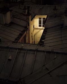Sur Paris  Cette nuit, il n'arrivait pas à dormir. Son corps était au repos mais d'étranges images dansaient dans sa tête, foules inatteignables, lumières chaotiques, ciels envahis d'oiseaux, un univers incompréhensible qui l'éloignait durablement du sommeil. Du moins le croyait-il. Après un moment, il se leva, s'habilla et sortit de chez lui. Il habitait …