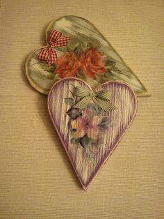 corazones  patinados con la técnica de pincel seco , decoupage y un suave decap.