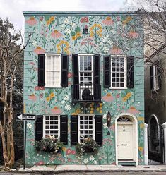 Taking Floral to a whole new level ! 🌱🍃🏠🌸🌻#floralfix - Photo via @anthropologieeu |@thislittlestreet Beautiful Buildings, Beautiful Homes, Exterior Design, Interior And Exterior, Haus Am See, Cute House, Mural Art, House Goals, My Dream Home