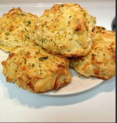 Bisquet de queso y ajo (estilo Red Lobster) Bisquet Salado con ajo |  •2.5 tazas de harina para pancakes (hotcakes) •1/2 taza de leche fría •4 cdas de mantequilla (en trocitos) •3/4 taza de queso cheddar (rallado) •Para barnizar •2 cdas de mantequilla •1 cdita de perejil seco •Media cdita de ajo en polvo •Media cdita de 'sazonadores italianos' (italian seasoning) [opcional]  Precalienta el horno a 200°C Derrite tu mantequilla y añade el perejil seco, el ajo y los sazonadores italianos…