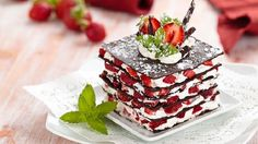 The millefeuille of chocolate is a delicious spoon dessert! It is a dessert f . Parfait Desserts, Layered Desserts, Strawberry Desserts, Healthy Desserts, Fun Desserts, Delicious Desserts, Delicious Chocolate, Healthy Food, Chocolate Bark