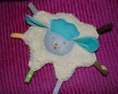 Défi Février doudou plat petit mouton avec étiquette : Jeux, peluches, doudous par mag-et-nono