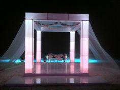 Columnas iluminadas con tela, mesa de novios de acrílico, entarimado de vinyl