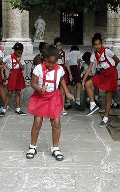 Hüpfspiele sind überall bekannt (wie hier auf Kuba)