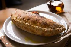 Calzone to termin, który zna bez wątpienia każdy wielbiciel pizzy. Jest to bowiem nic innego jak pizza zawinięta na kształt ogromnego pieroga. W chrupiącym cieście kryje się przepyszne nadzienie - nic dziwnego więc, że pizza calzone ma swoich licznych amatorów. Calzone - jak upiec taką pizzę? Z czym podać calzone? Calzone, Pizza, Ricotta, Baked Potato, Potatoes, Bread, Baking, Ethnic Recipes, Food