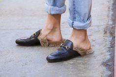 Pin for Later: OMG! Die Schuhe und Taschen auf den Straßen New Yorks Street Style: Taschen und Schuhe bei der New York Fashion Week Gucci Slip-Ons.