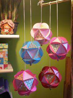Esferas de papel estampadas.