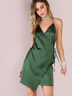 Vestido cruzado de satén con tiras cruzadas - verde