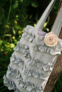 Diese Anleitung zeigt Schritt für Schritt, wie man diese romantische Tasche nähen kann. | Ruffled Tote Tutorial