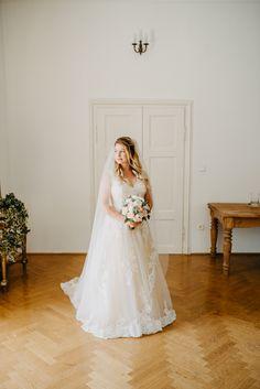 Ich liebe es, das Getting-Ready zu fotografieren! Am Ende ist es mir auch immer sehr wichtig, noch Einzelfotos von der Braut zu machen, wenn die Frisur und das Make-up noch ganz frisch und perfekt sind. #photobisiert Up, Wedding Dresses, Fashion, Pictures, Small Moments, Baby Sister, Wedding Photography, Hair Style, Wedding Bride