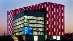 Obe časti budovy spája koridor plniaci funkciu komunikačného uzla. #rodinnydom #stavba #svojpomocne #stavebnymaterial #ytong #zdravebyvanie #vysnivanydom #modernydom #staviamedom #byvanie #rodinnebyvanie #modernydomov #architektura #dizajn #dizajninterieru #atelier Multi Story Building, Archive