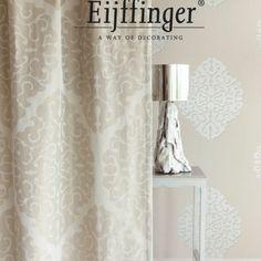 Gordijnen en meubelstoffen zijn bij voorkeur luxe stoffen met patronen of glans/mat effect op uitgesproken roedes met hoge plooien.