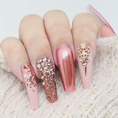 Rose Gold Pink Chrome Glitter Nails with Swarovski Crystals Gold Chrome Nails, Gold Acrylic Nails, Almond Acrylic Nails, Rose Gold Nails, Diamond Nails, Nail Art Rhinestones, Glitter Nail Art, Coral Nails Glitter, Henna Designs