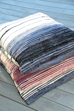 Huset i Lunden: Filleryeputer og bruktfunn T Shirt Yarn, T Shirt Diy, Loom Weaving, Hand Weaving, Weaving Textiles, Cushions, Pillows, Personalized T Shirts, Woven Rug