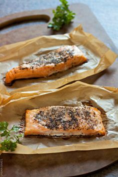 Garlicky Black Pepper Salmon and Oil is perfectly seasoned, quick& easy to prepare. Serve with seasoned corn and a side salad and you have yourself a delicious gourmetmeal made in under 30 minutes! | URBAN BAKES  #BBSuperFresh #SeaFoodies