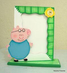Deixe suas fotos ainda mais bonitas com este porta retrato.    Porta retrato decorado com a cor e o tema/personagem de sua escolha.    Obs: pode ser vertical ou horizontal    Utilizado também para compor kits de bebe, lembrancinhas de nascimento e aniversários, etc. R$ 19,50