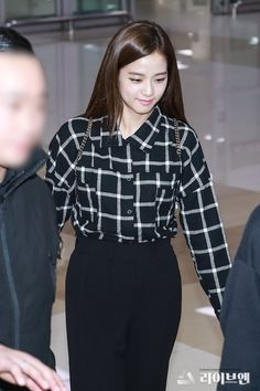 181010 GMP 입국 #jisoo #blackpink Blackpink Fashion, Korean Fashion, Fashion Outfits, Airport Style, Airport Fashion, Lisa, Blackpink Photos, Jennie Blackpink, Blackpink Jisoo