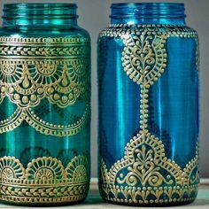 Diese Henna Hochzeit Einmachglas Laternen machen große Boho Hochzeit Dekor! Wählen Sie ein Henna bemalte Vase in Ihrer Lieblingsfarbe für wundervolle Henna Hochzeit Dekor, bzw. alle drei bunte Einmachglas Tisch Dekoration.  Dieses Angebot gilt für ein 32 oz (Quart Größe) handgemalt Einmachglas Schiff. Sie wählen aus drei Gläser abgebildet, entweder gras grün Glas, Glas Pfau grün oder Türkis Glas. Sehen eine Design, das Sie mögen, aber möchten eine anderes Glasfarbe? Kein Problem! Wählen Sie…