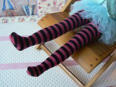Grandes chaussettes à rayures roses et noires par EmmaFlorenceParis