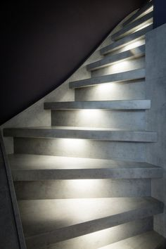 BETONLOOK TRAP • zo pas je de betonlook toe in je interieur | Concrete look staircase with LED lighting | Fotografie Barbara Kieboom #stairs #staircase #trap