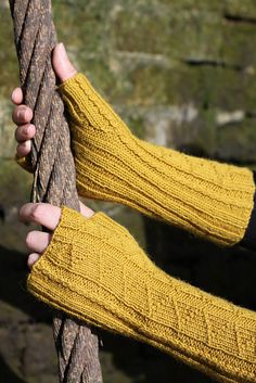 Ravelry: Fitzroy Mitts pattern by Jane Lithgow