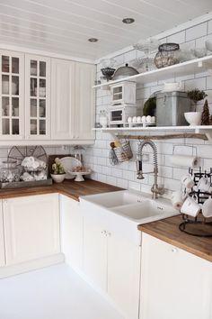 Valkoinen keittiö ja puutasot