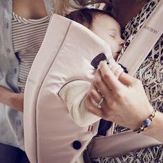 Porte bébé original rose et gris Babybjorn